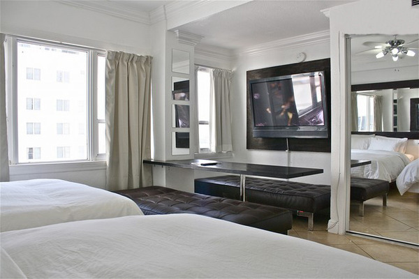 2505.12-entertaining_50_inch_plasma_in_large_bedroom_and_seating_for_up_to_8_people.jpg